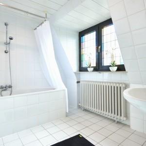 App073 Bad Waschbecken Mosaikfenster Badewanne Dusche weiße Fliesen
