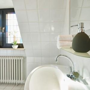 App073 Bad Waschbecken Spiegel Mosaikfenster weiße Fliesen