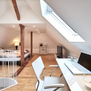 App073 Schlafzimmer Schreibtisch Treppe Maisonette Stil Bett Holzbalken Regal Kommode TV Parkett