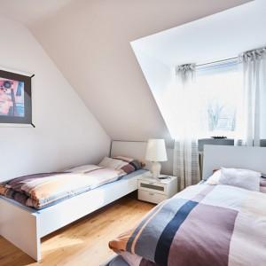 App073 Schlafzimmer 2 zwei Betten Nachttisch Parkett