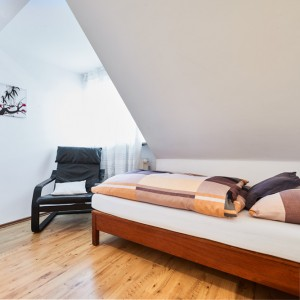 App073 Schlafzimmer 3 Schrank Sessel Bett Nachttisch Parkett