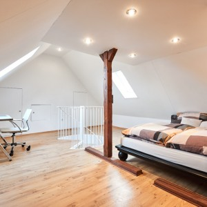 App073 Schlafzimmer Schreibtisch Treppe Maisonette Stil Bett Holzbalken Parkett