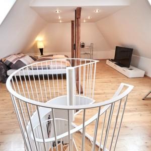 App073 Schlafzimmer Treppe Maisonette Stil Bett Holzbalken Regal Kommode TV Parkett