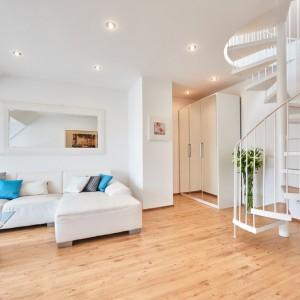 App073 Wohnbereich Sofa Glastisch Spiegel Schank Treppe Maisonette Stil Parkett