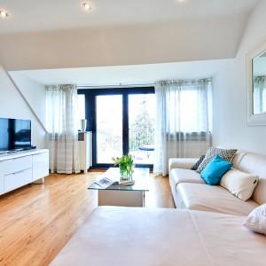 App073 Wohnbereich Sofa Spiegel Glastisch Kommode Tv Parkett Balkonsicht