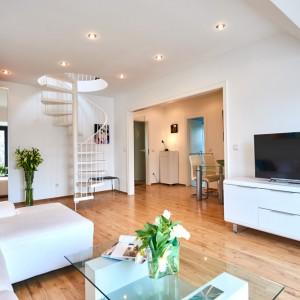 App073 Wohnbereich Sofa Glastisch Schrank Treppe Maisonette Stil Kommode TV Essbereich Parkett