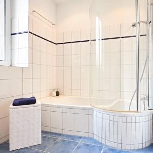 App501 Bad Badewanne Dusche blaue Bodenfliesen weiße Fliesen
