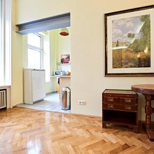 App501 Wohnbereich Schreibtisch Schrank Parkett Küche Theke Fliesen