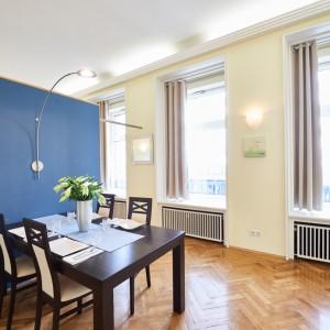 App501 Essbereich Tisch blauer Wandtrenner Parkett