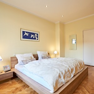 App501 Schlafzimmer Bett Nachttisch Spiegel Parkett