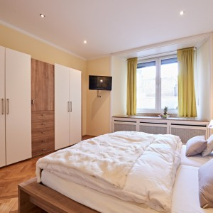 App501 Schlafzimmer Bett Nachttisch Schrank TV Parkett