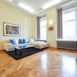 App501 Wohnbereich Sofa Glastisch Teppich Parkett blauer Wandtrenner TV Kommode
