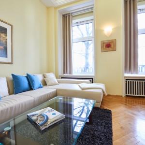 App501 Wohnbereich Sofa Glastisch Teppich Parkett