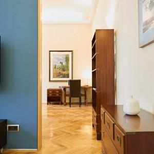 App501 Wohnbereich Kommode Schrank blauer Wandtrenner Schreibtisch Parkett