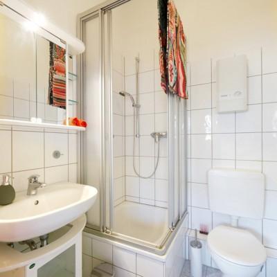 App524 Bad Dusche WC Wascbecken Spiegel Schrank weiße Fliesen