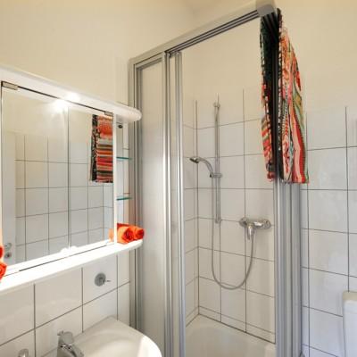 App524 Bad Dusche Waschbecken Spiegel Regal weiße Fliesen