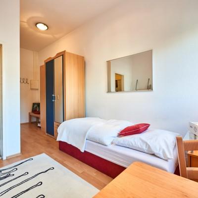 App524 Wohnbereich Essbereich Bett Nachttisch Spiegel Schrank Laminat