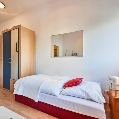 App524 Schlafbereich Bett Schrank Spiegel Nachttisch Sitzecke Laminat