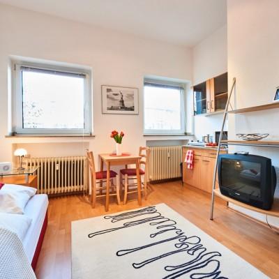 App524 Wohbereich Bett Nachttisch Essbereich Küche Theke Kochplatte Mikrowelle Regal TV Laminat