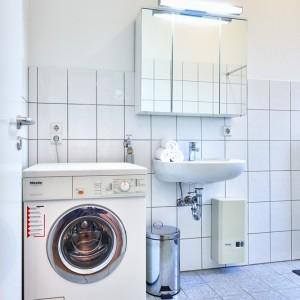 App534 Bad Waschbecken Spiegel Schrank Waschmaschine Fliesen