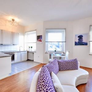 App534 Küche Fliesen Theke Mikrowelle Herd Kochplatte Wohnbereich Sofa Glastisch Essbereich Parkett