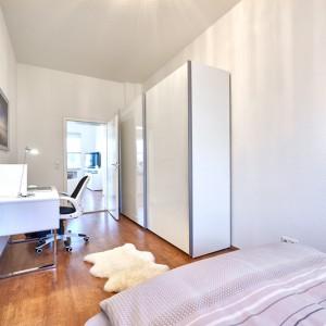 App534 Schlafzimmer Bett Schrank Schreibtisch Spiegel Parkett