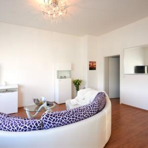 App534 Wohnbereich Sofa Glastisch Kommode TV Regal Spiegel Parkett