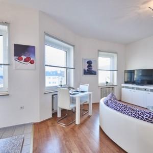 App534 Wohnbereich Essbereich Sofa Kommode TV Glastisch Parkett Küche Theke Fliesen